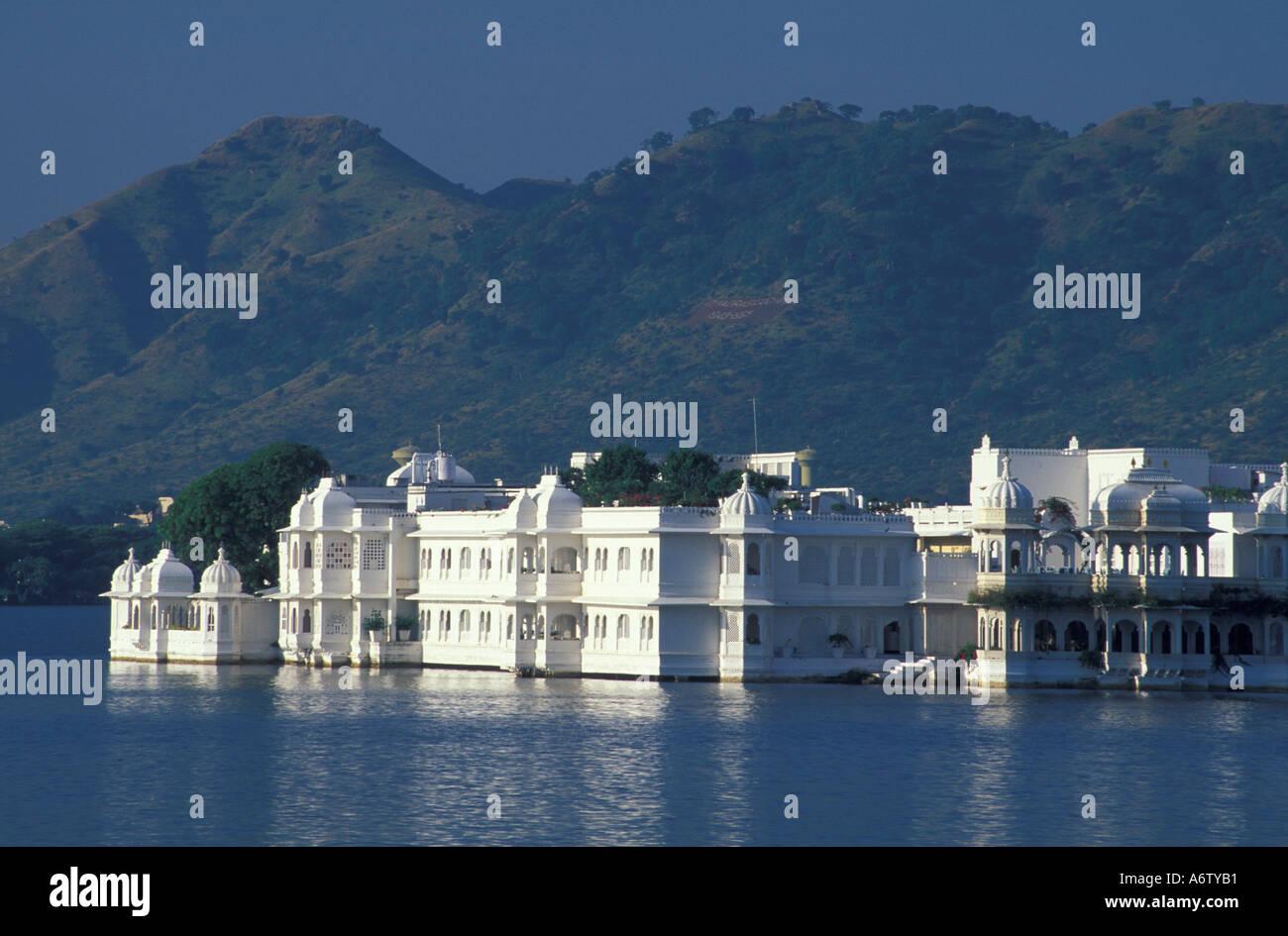 India, Rajasthan, Pichola Lake. Lake Palace Hotel, summer palace for city's rulers. Built 1746. - Stock Image