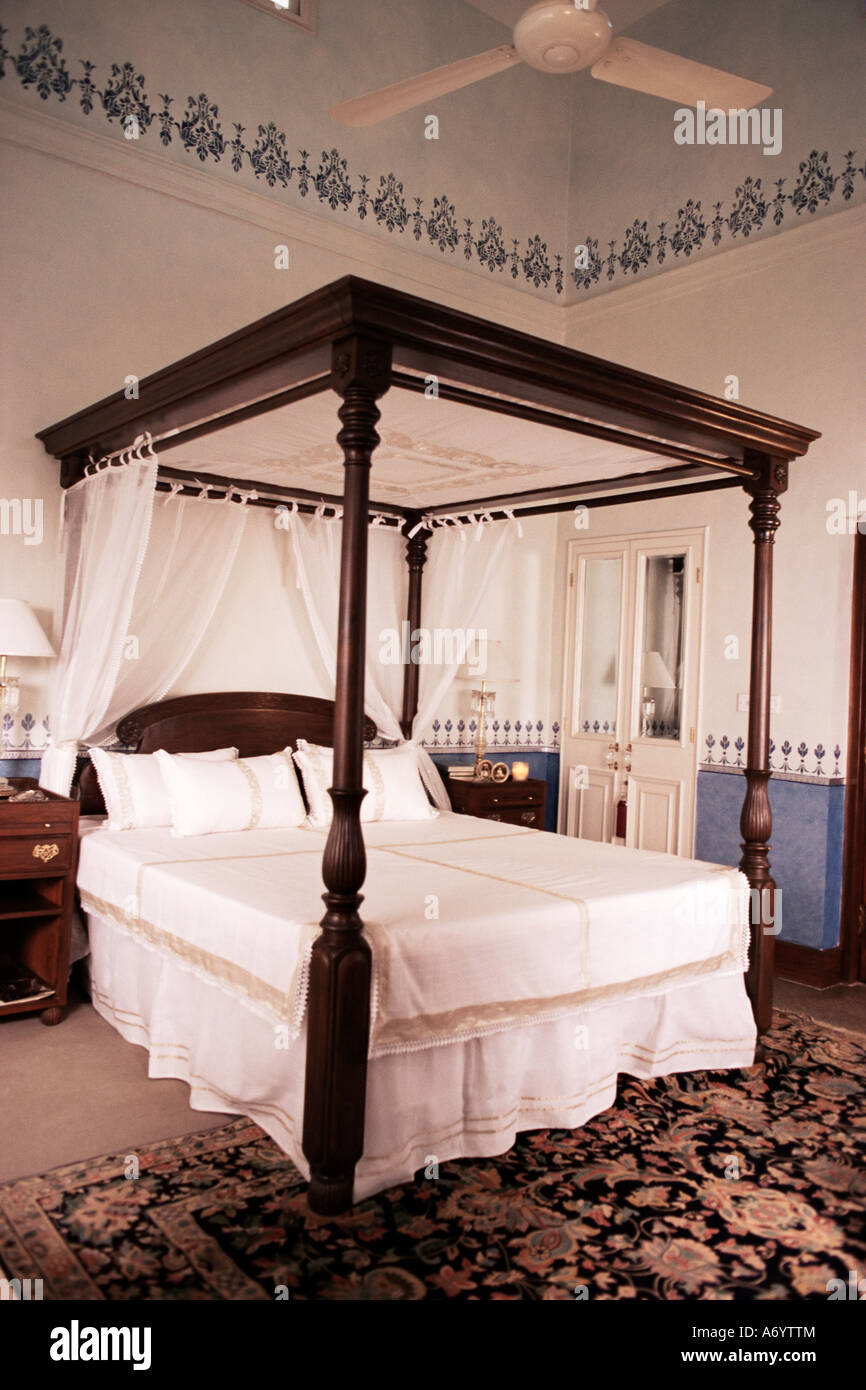 Four poster bed new hand stenciling work on dado and picture rails in Lutyens style bungalow New Delhi India Asia - Stock Image