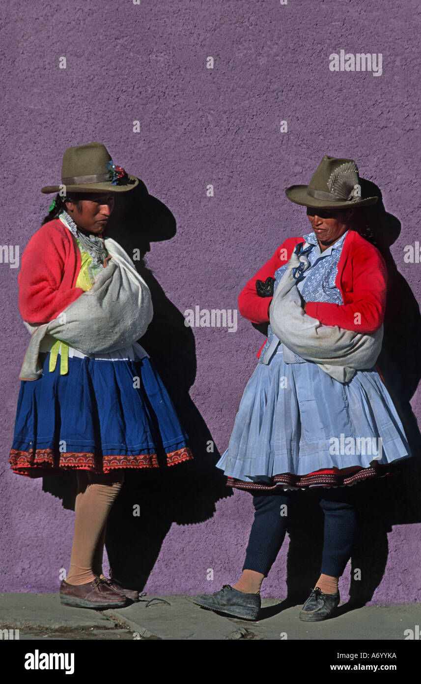 Quechua women from Caraz at the local morning market standing against a colourful wall Calleyon de Huaylas Northern Peru - Stock Image