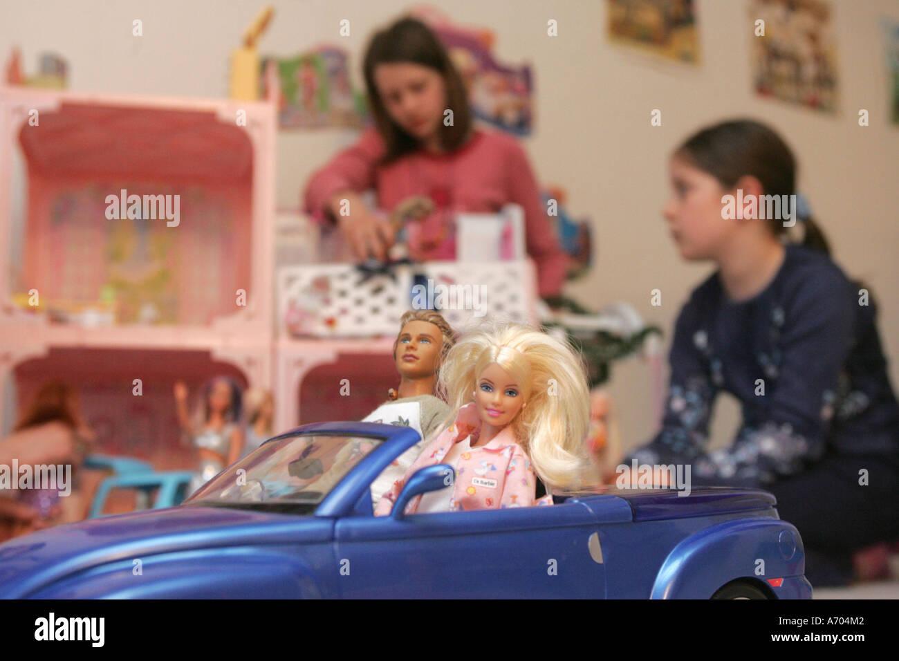 08.04.2005, DEU, Marlena (11) and Leonie (8) plays with Barbie dolls - Stock Image