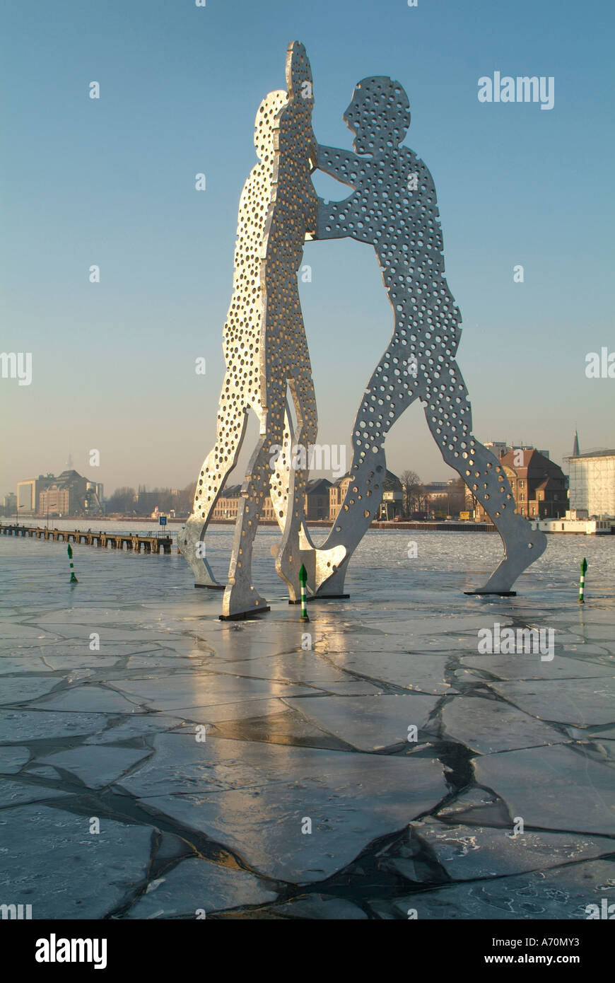 Molecule Men, a monumental work of art, of Jonathan BOROFSKY in the Spree in the east port (1998/1999 establish). In the - Stock Image
