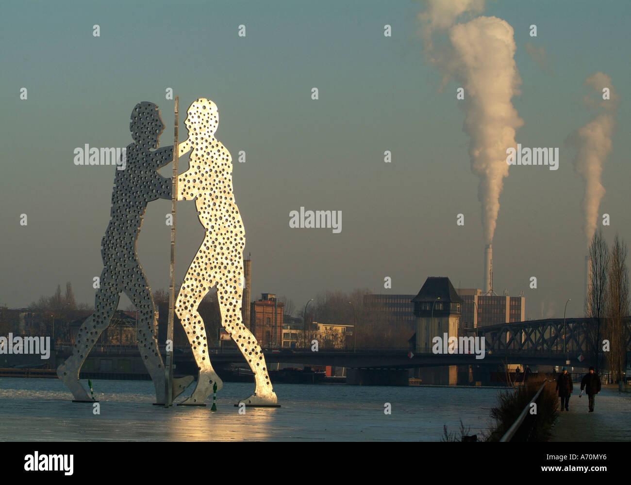 Molecule Men, a monumental work of art, of Jonathan BOROFSKY in the Spree in the east port (1998/1999 establish). - Stock Image