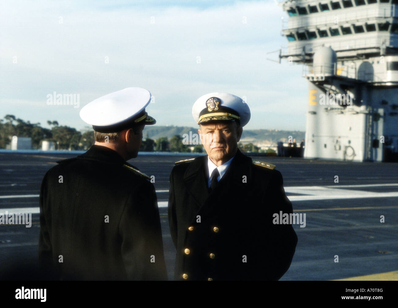 BEHIND ENEMY LINES 2001 TCF film. GENE HACKMAN right confers with the commander of NATO forces Admiral Piquet JOAQUIM - Stock Image