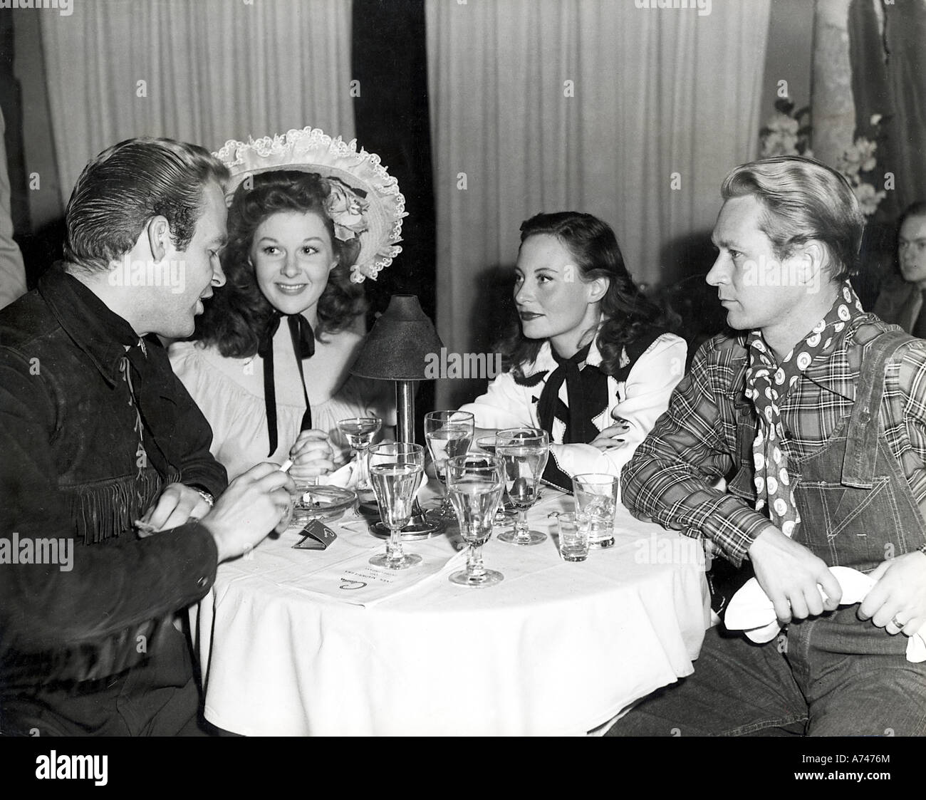 BILL MARSHALL with chats  Susan Hayward (in hat) and Jess Barker in 1945. Bill's  wife Michele Morgan pays close - Stock Image