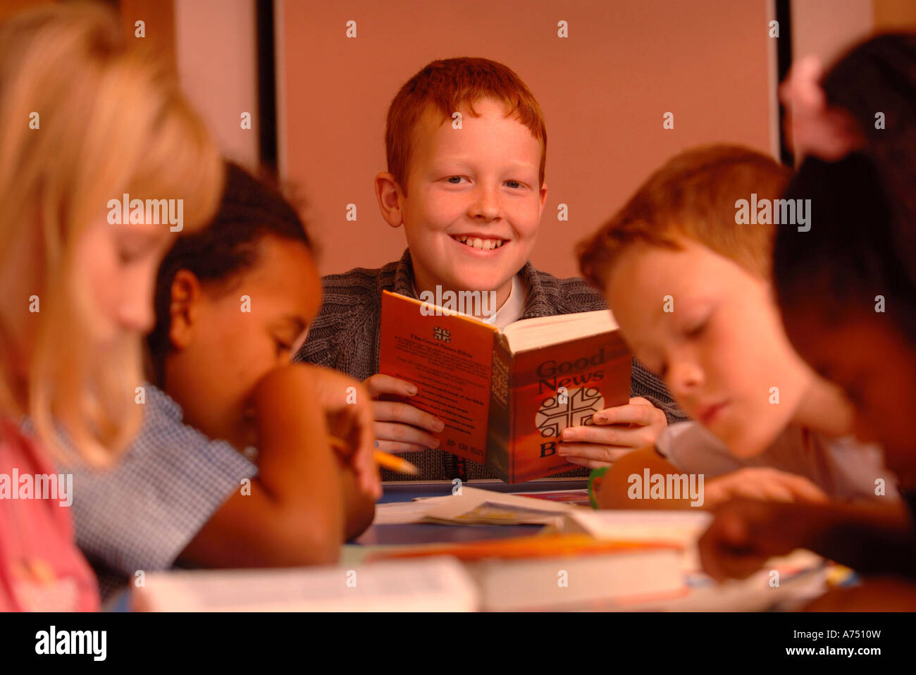 CHILDREN READING FROM THE BIBLE AT A SUNDAY SCHOOL UK - Stock Image