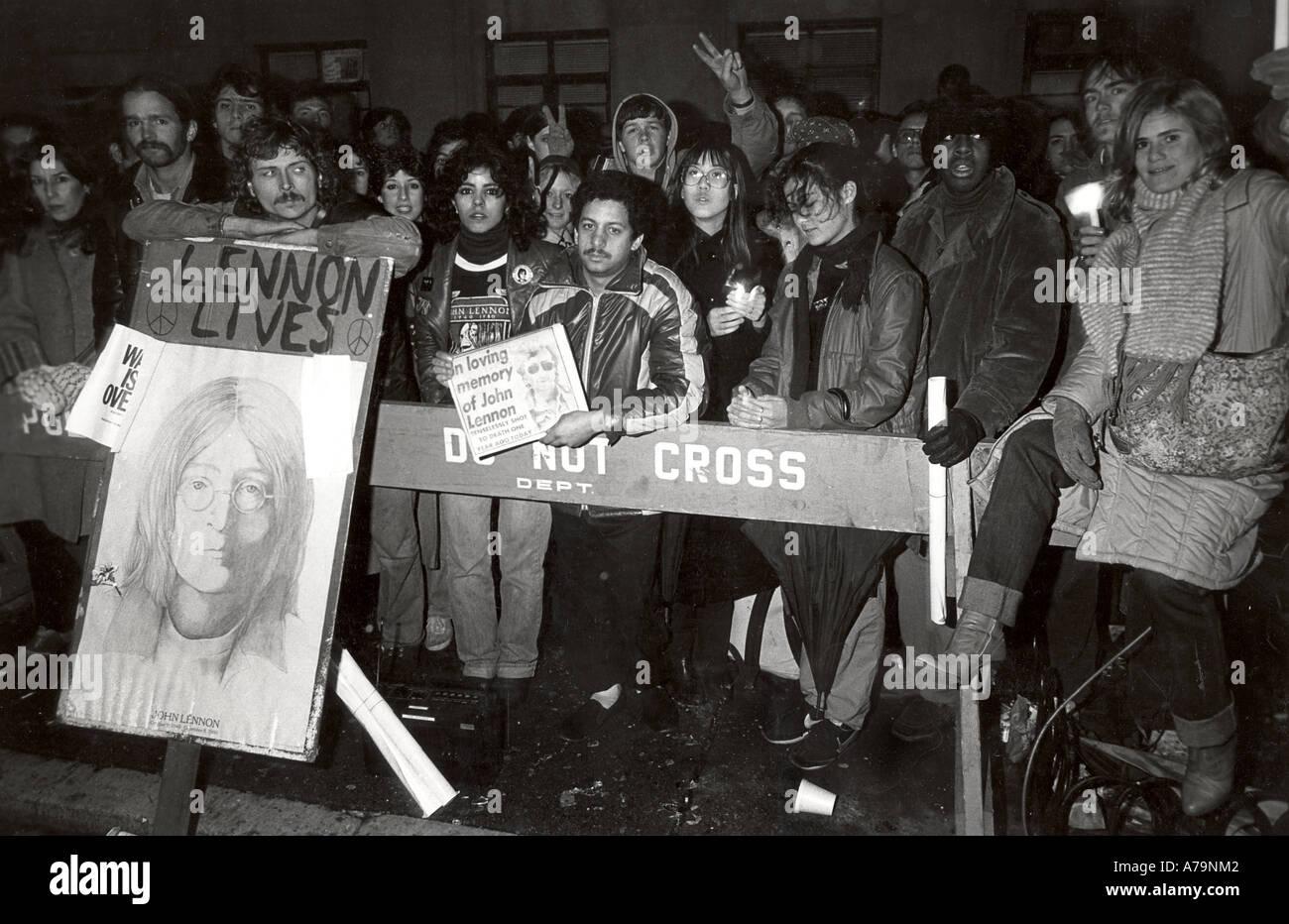 BEATLES fans hold vigil outside apartment where John Lennon was murdered in December 1980 - Stock Image