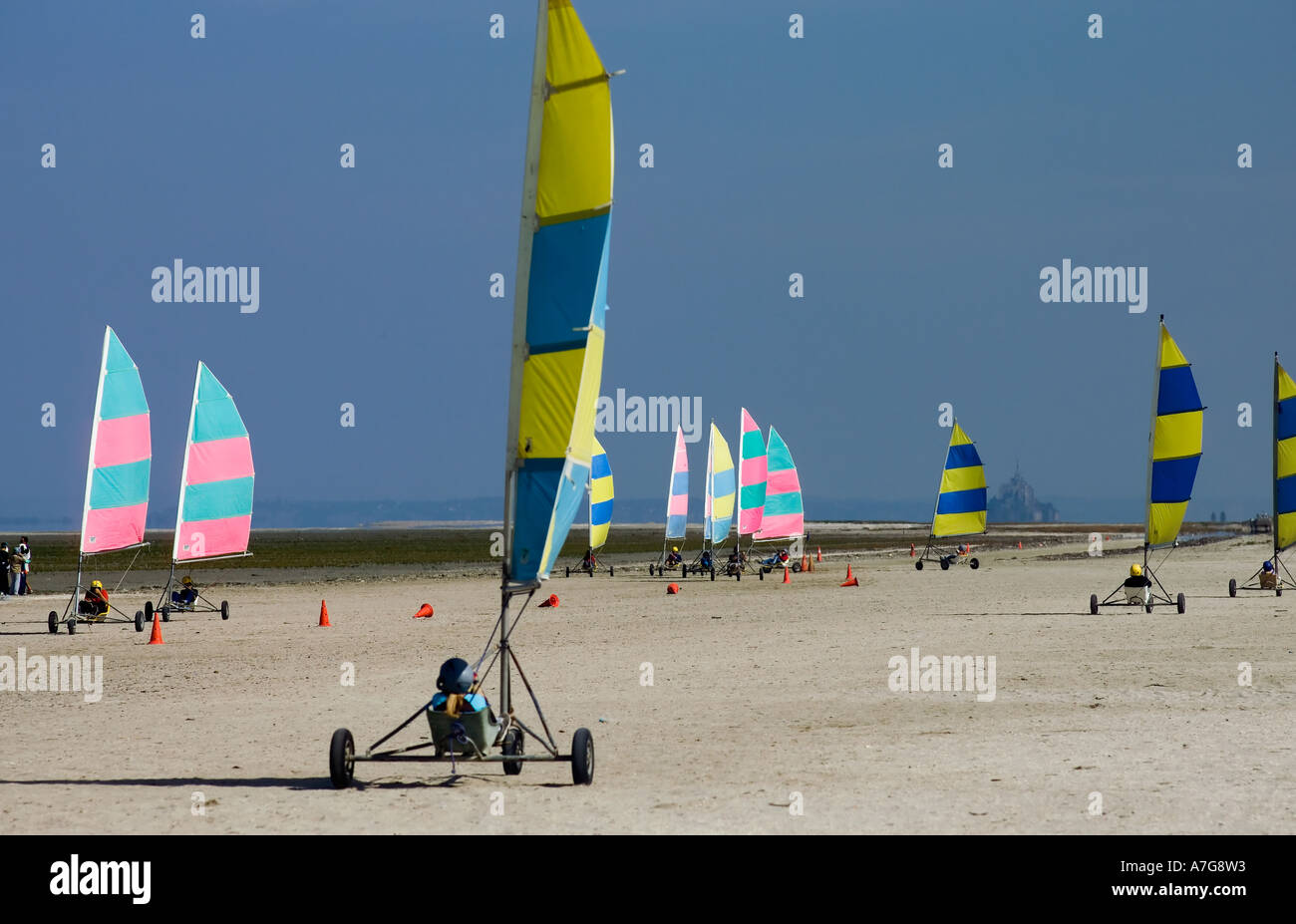 CHILDREN LAND YACHTING SCHOOL ON THE BEACH BRITTANY FRANCE EUROPE - Stock Image