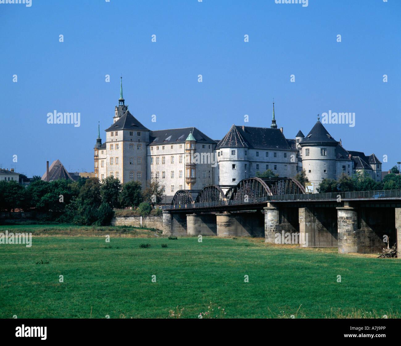 Renaissanceschloss Hartenfels und die historische Elbebruecke in Torgau in Sachsen, die im Zusammenhang mit der Stock Photo