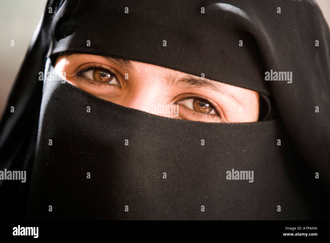 Woman wearing the Abbeya/Hijab, old Sanaa, Yemen - Stock Image