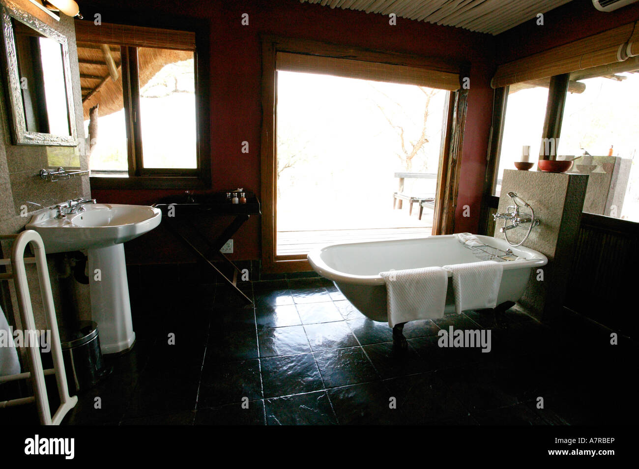 A Luxurious Bathroom At Singita Safaris Ebony Lodge Singita Game - Singita-luxury-african-game-reserve