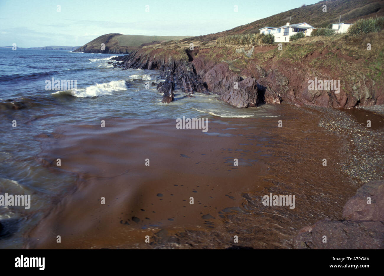 Oil coming ashore near Manobier beach in south Wales after Sea Empress oil spill Stock Photo