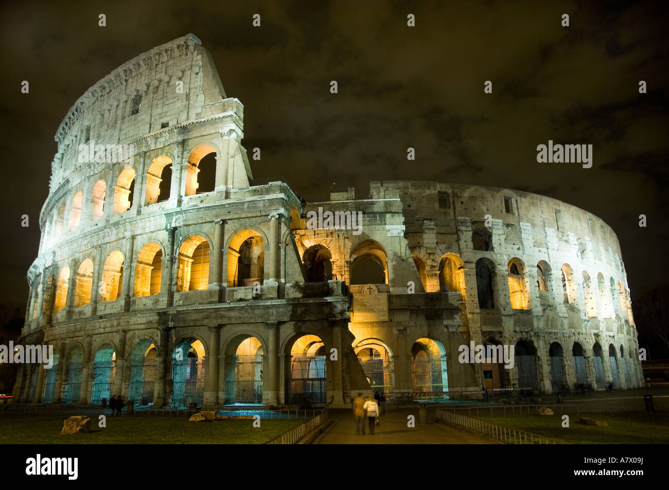 Couple in front of coliseum rome by night - Stock Image
