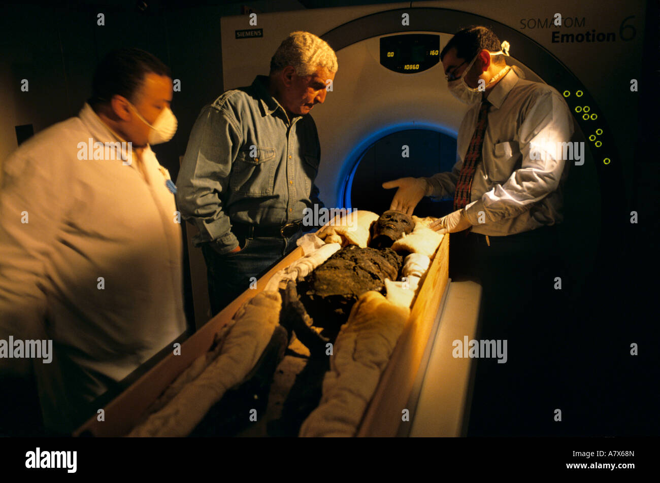 Egypt, CT scan test performed on mummy of Pharaoh Tutankhamun, 18th dynasty, ca 1332-1322, Dr. Zahi Hawass present - Stock Image