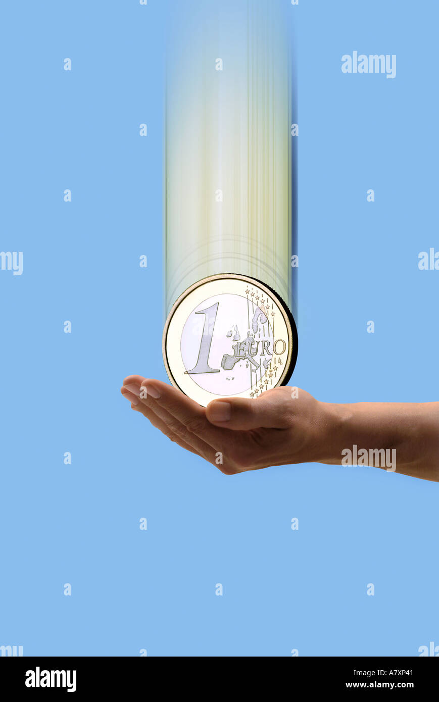 1 Euro falling in a hand 1 Euromünze fällt in Hand - Stock Image