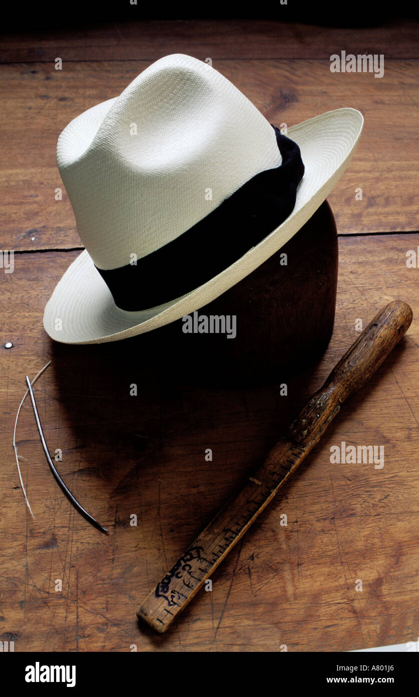 7790e110 Ecuador, Cuenca region, making of the famous Panama hat - Stock Image