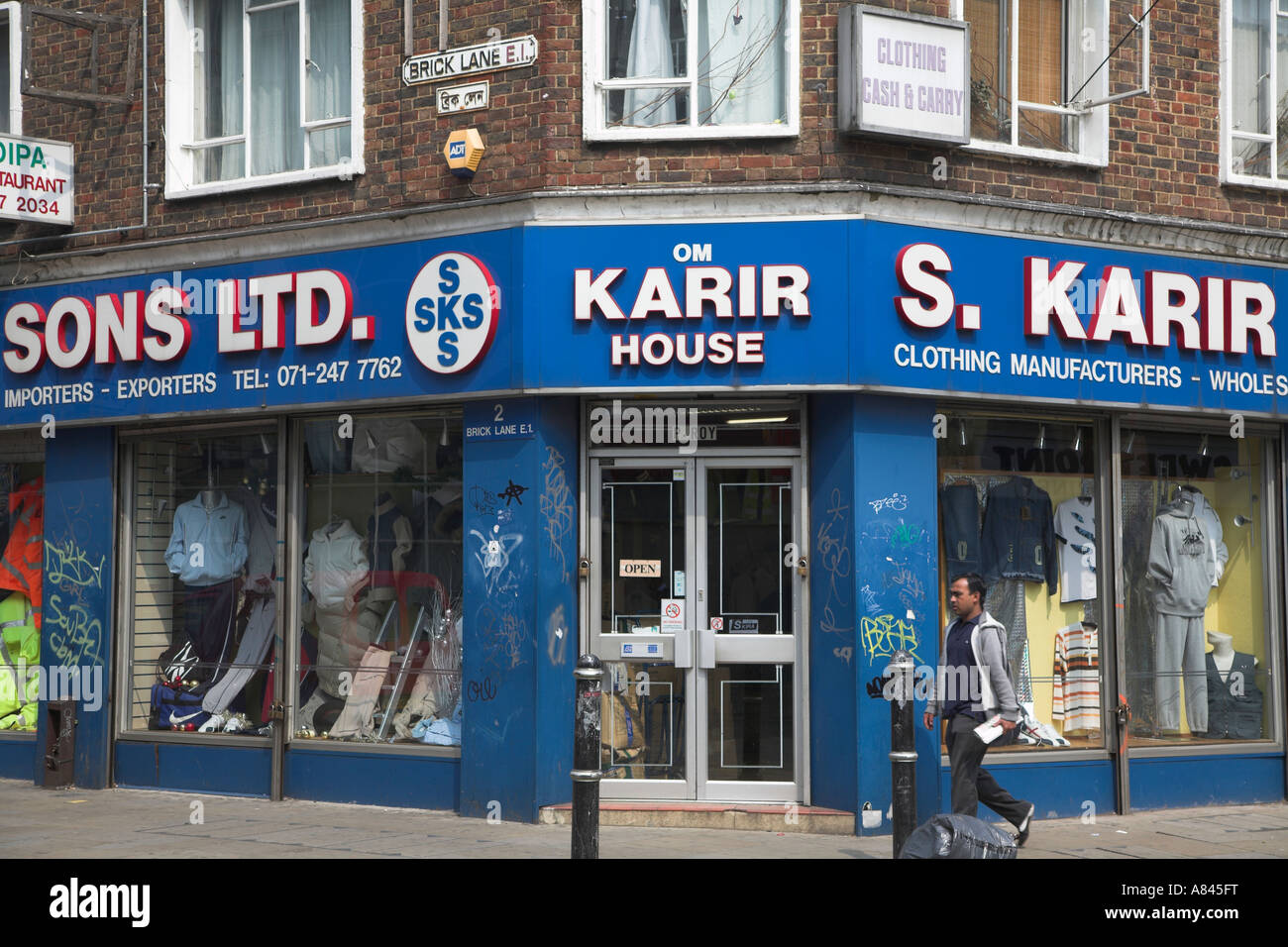 Street sign in English and Bengali and Asian clothing shop , Brick Lane, London, E1, England - Stock Image