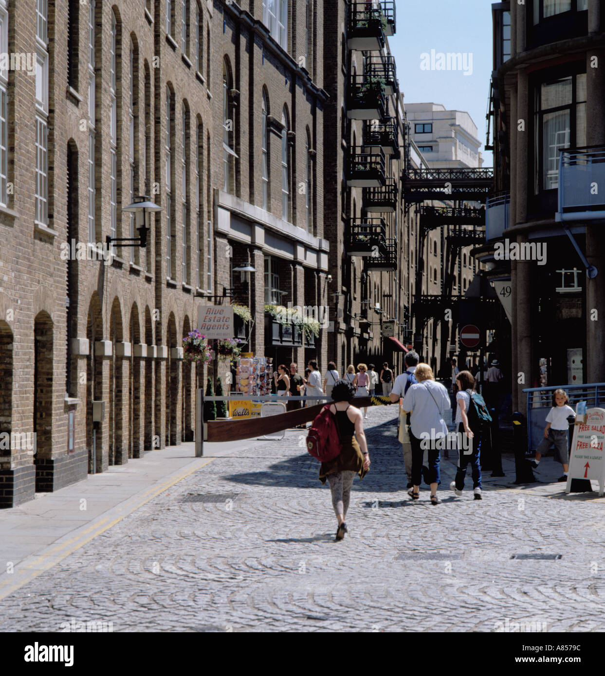 Old ware house buildings and cobbled street, Butlers Wharf, Shad Thames, near Tower Bridge, Bermondsey, London, England, UK. - Stock Image
