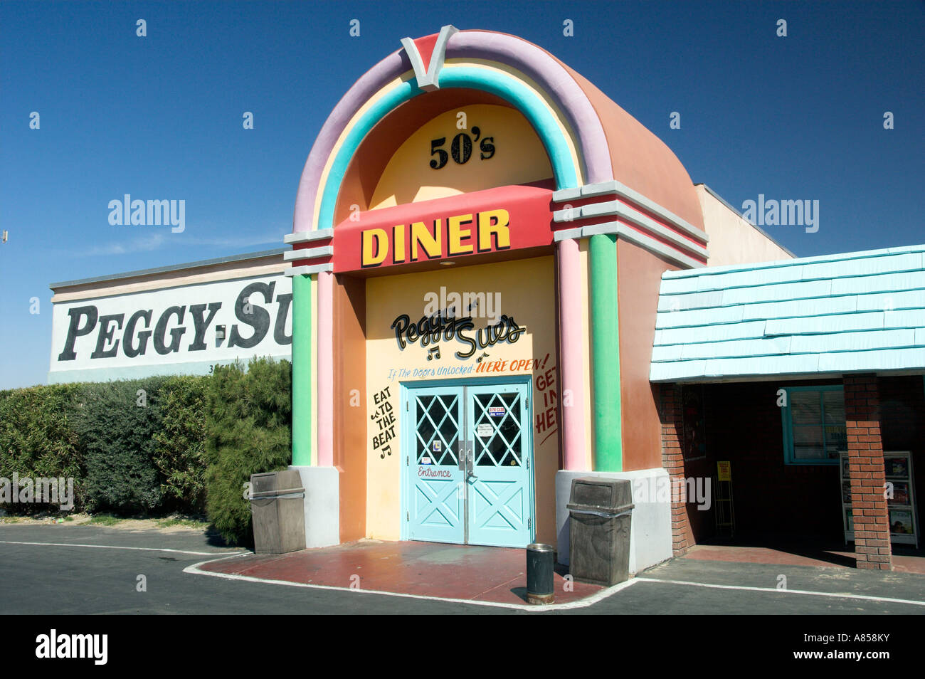 Peggy Sue s Nifty Fifties Diner in Barstow, California USA - Stock Image