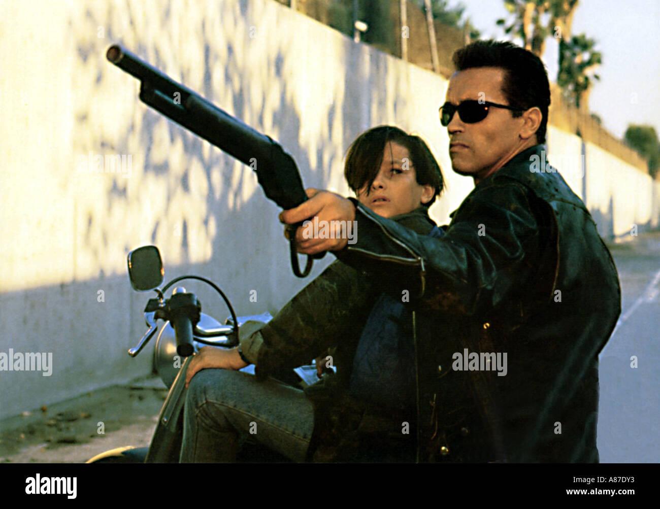 TERMINATOR 2 Arnold Schwarzenegger with gun and Edward Furlong in the 1991 Guild film - Stock Image