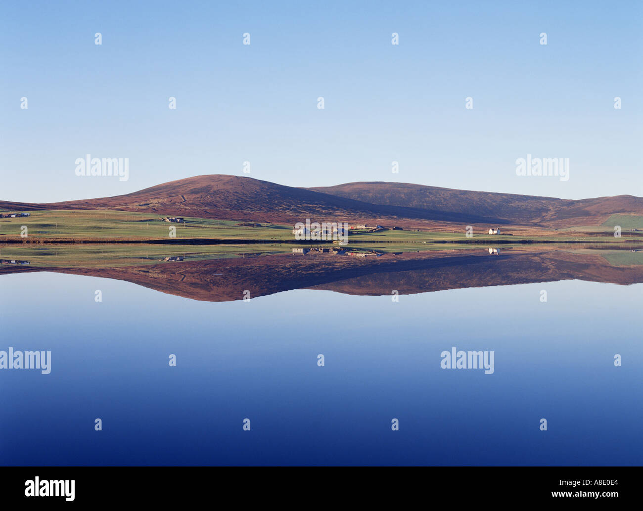 dh Kirbister Loch ORPHIR ORKNEY NOSW reservoir farm and cottages Stock Photo