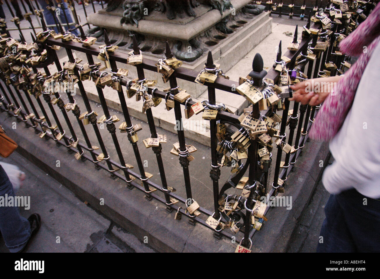 Tradition of putting padlocks in the monument to Benvenuto Cellinii Ponte Vecchio Florence Tuscany Italy - Stock Image