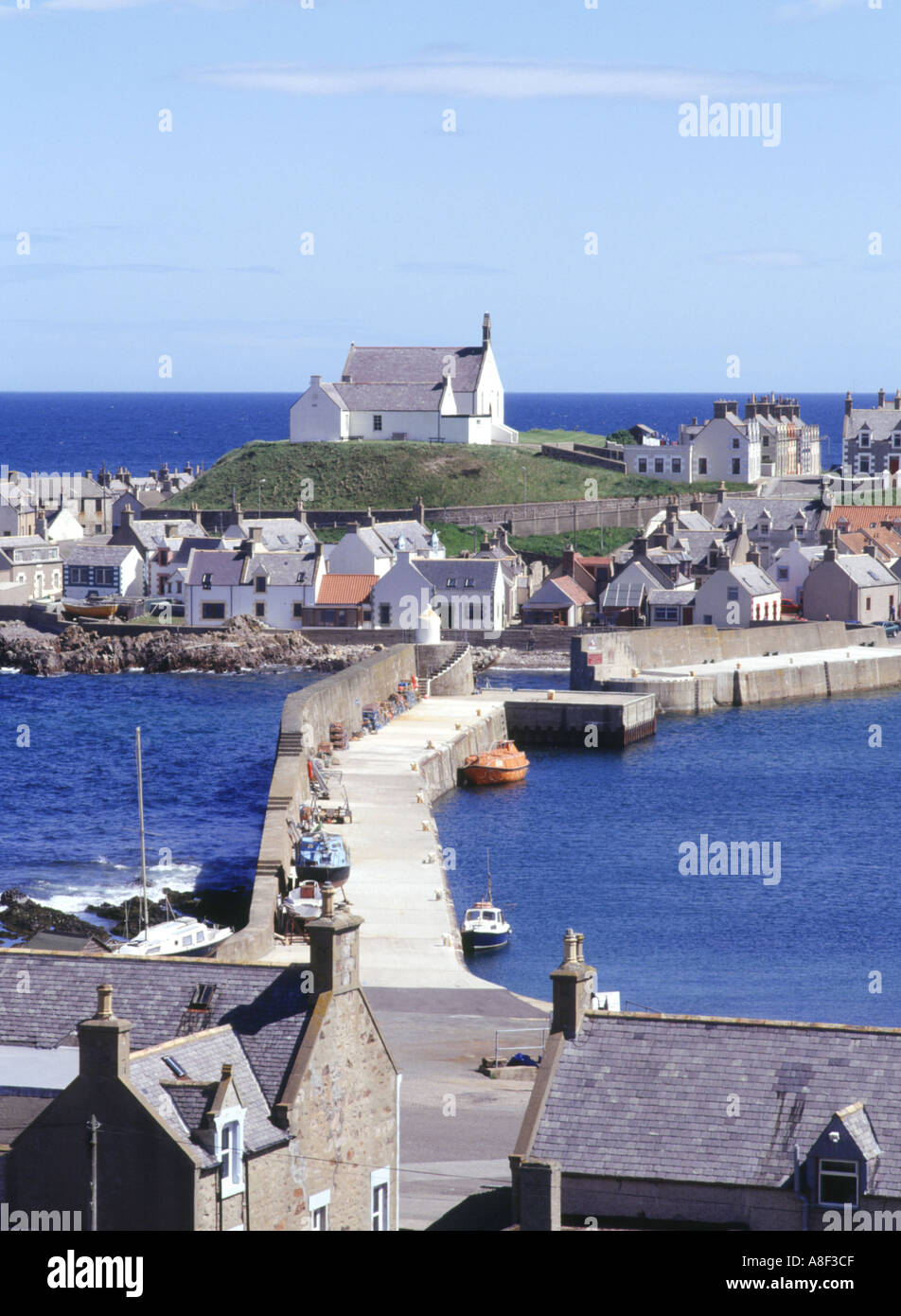dh Fishing village Harbour FINDOCHTY MORAY Church on hill scotland Stock Photo