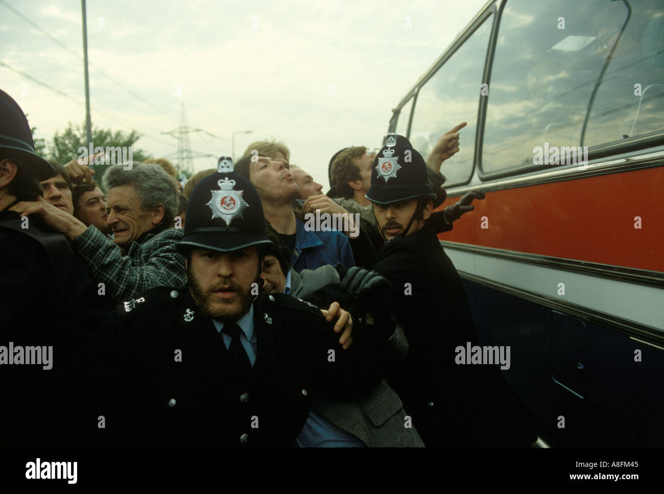 Flying Pickets 1980s Isle of Grain Kent Power Station dispute Flying Pickets  80s England  HOMER SYKES - Stock Image