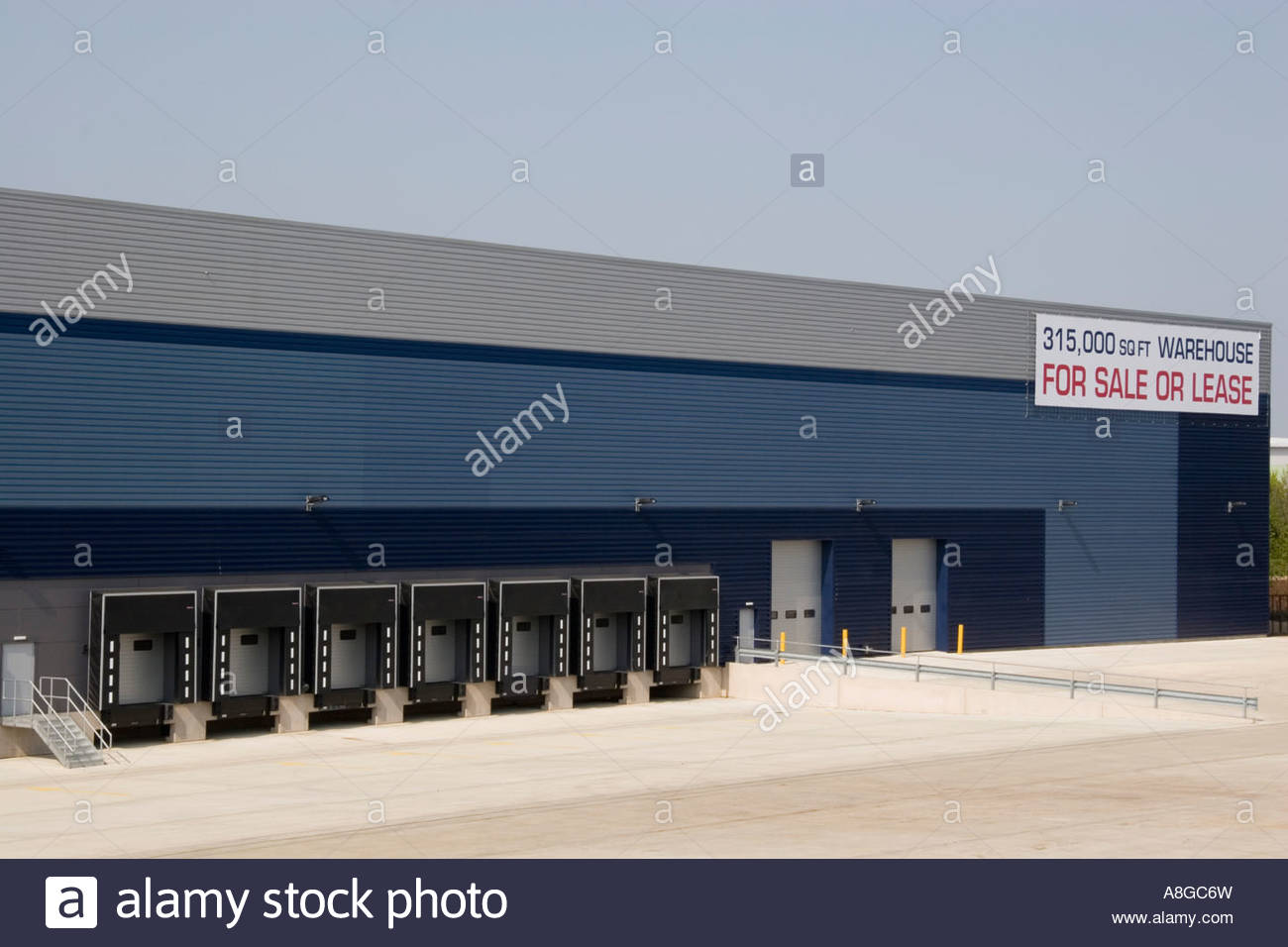 Vacant distribution warehouse For Sale or Lease, Milton Keynes, UK. - Stock Image