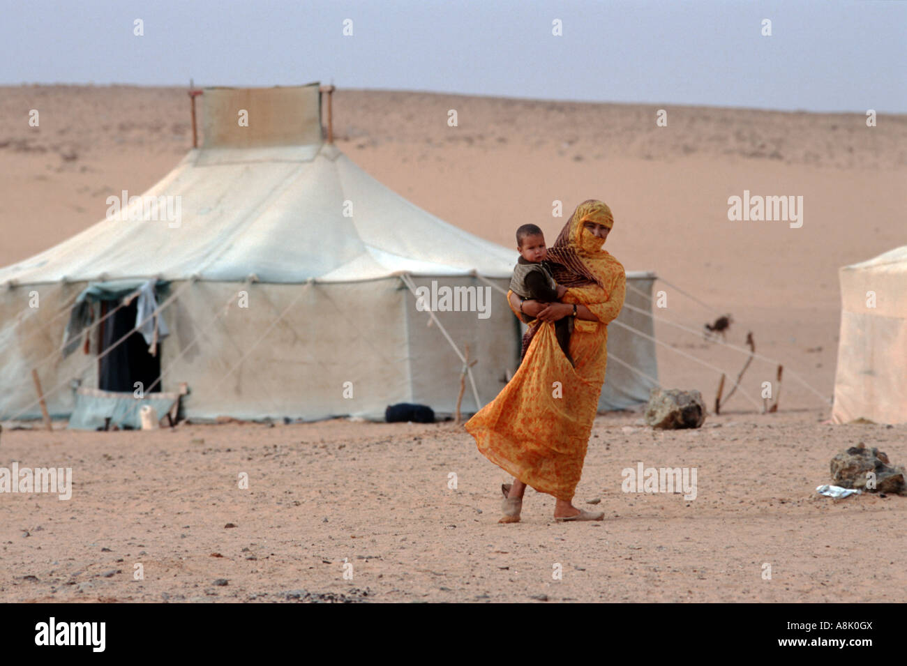 WESTERN SAHARA WOMAN AND CHILD AT POLISARIO SMARA CAMP Photo Julio Etchart - Stock Image