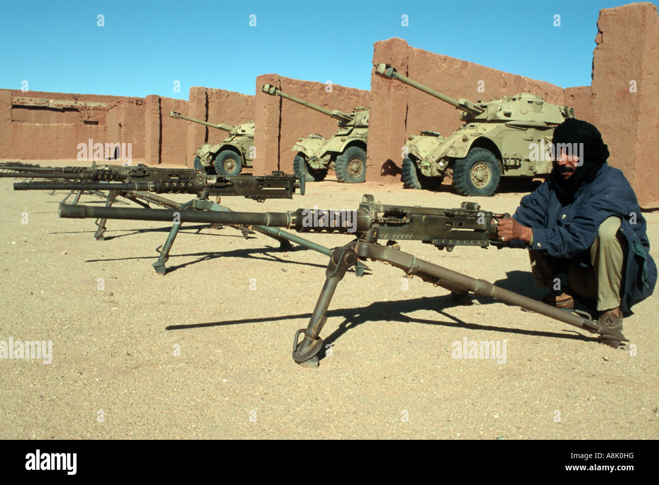 WESTERN SAHARA POLISARIO FIGHTERS TRAINING WITH WEAPONS CAPTURED FROM MORROCCAN ARMY Photo Julio Etchart - Stock Image