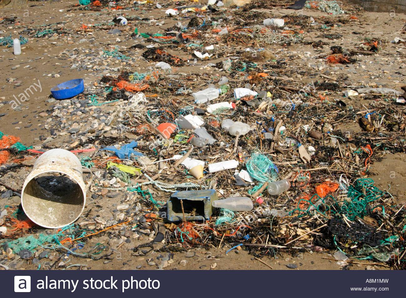 A rubbish-strewn beach, Port Isaac, Cornwall. - Stock Image