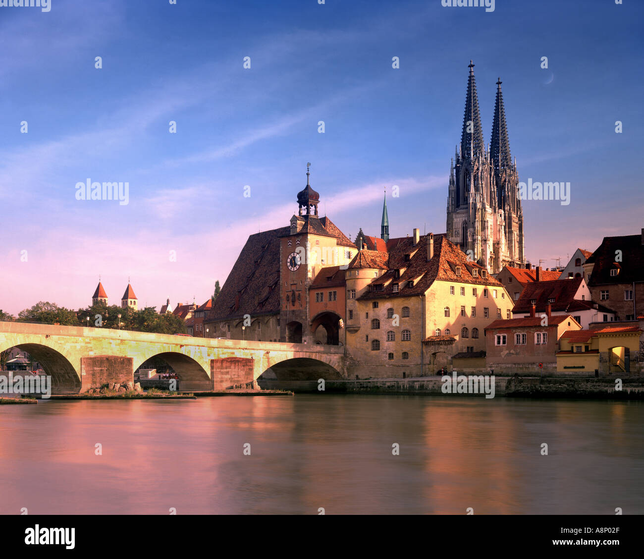 DE - BAVARIA: Regensburg, St. Peter's Cathedral and historic Stone Bridge - Stock Image