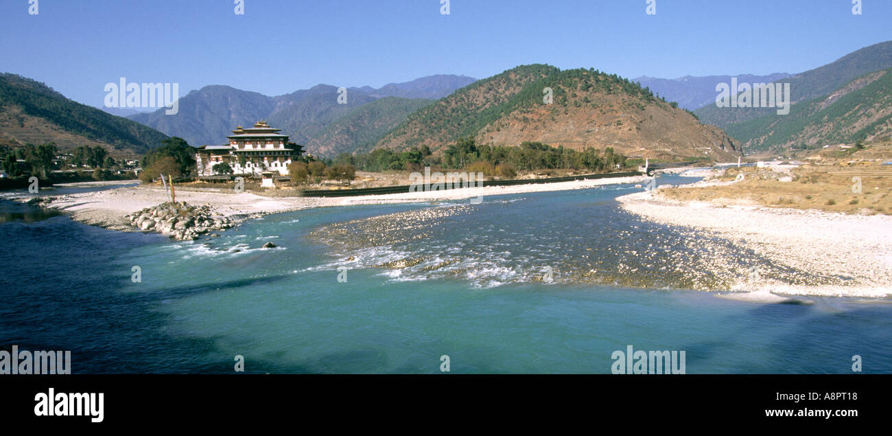 Bhutan Punakha Dzong from the confluence of the Mo and Pho chhu rivers - Stock Image