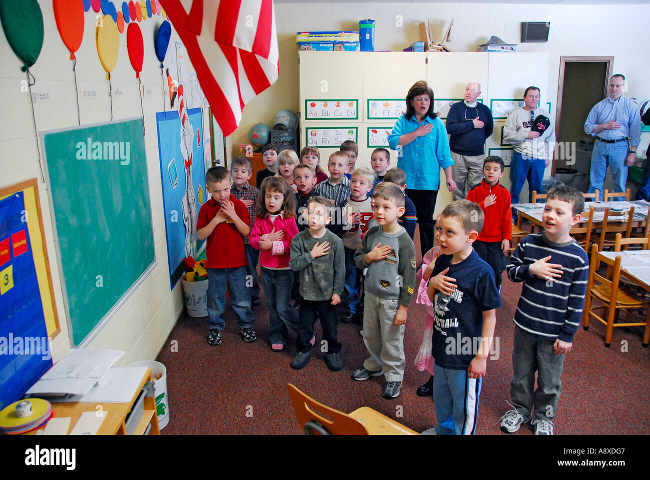 children-say-pledge-of-allegiance-to-the-american-flag-in-pre-nursery-A8XDG7.jpg