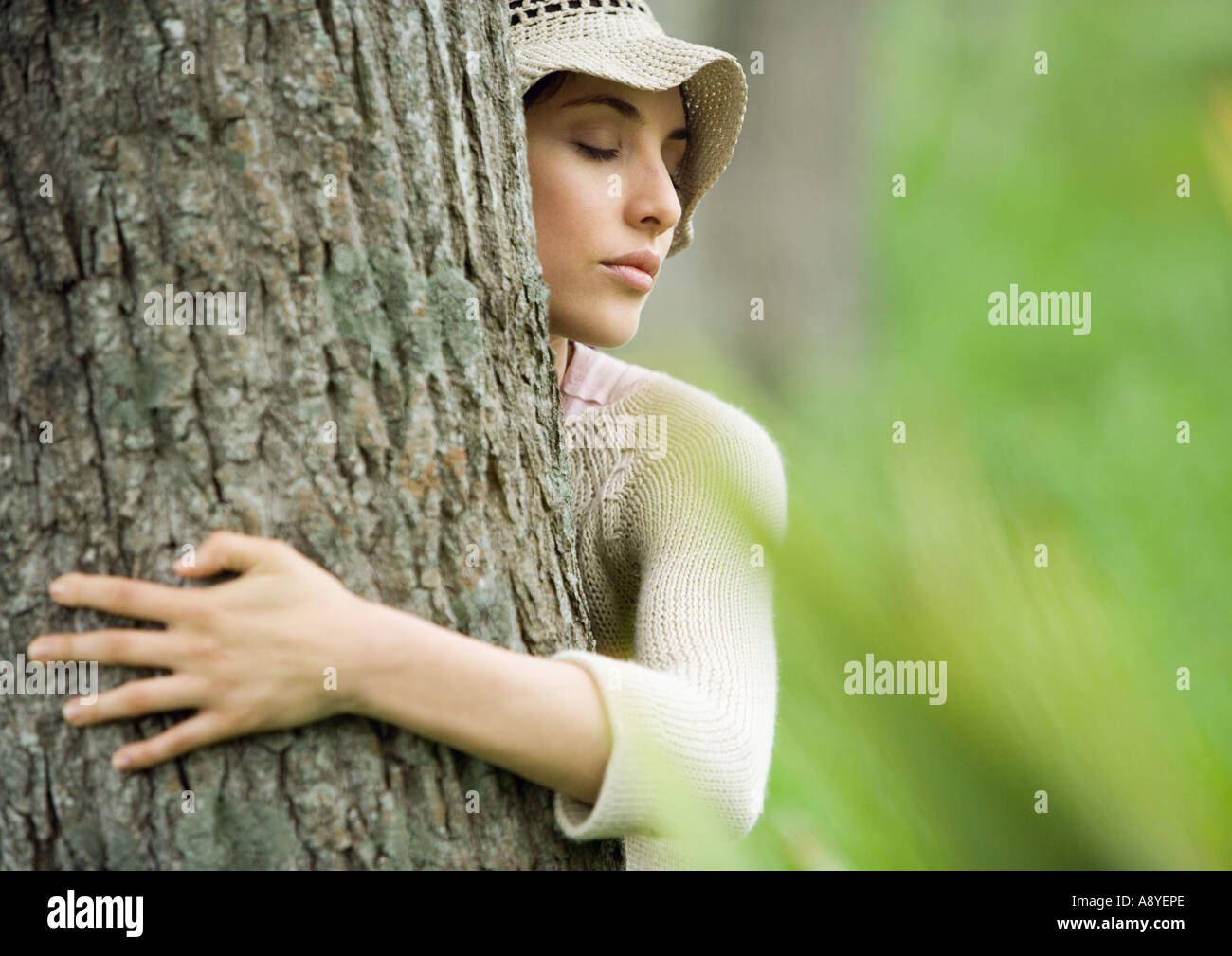 Woman hugging tree - Stock Image