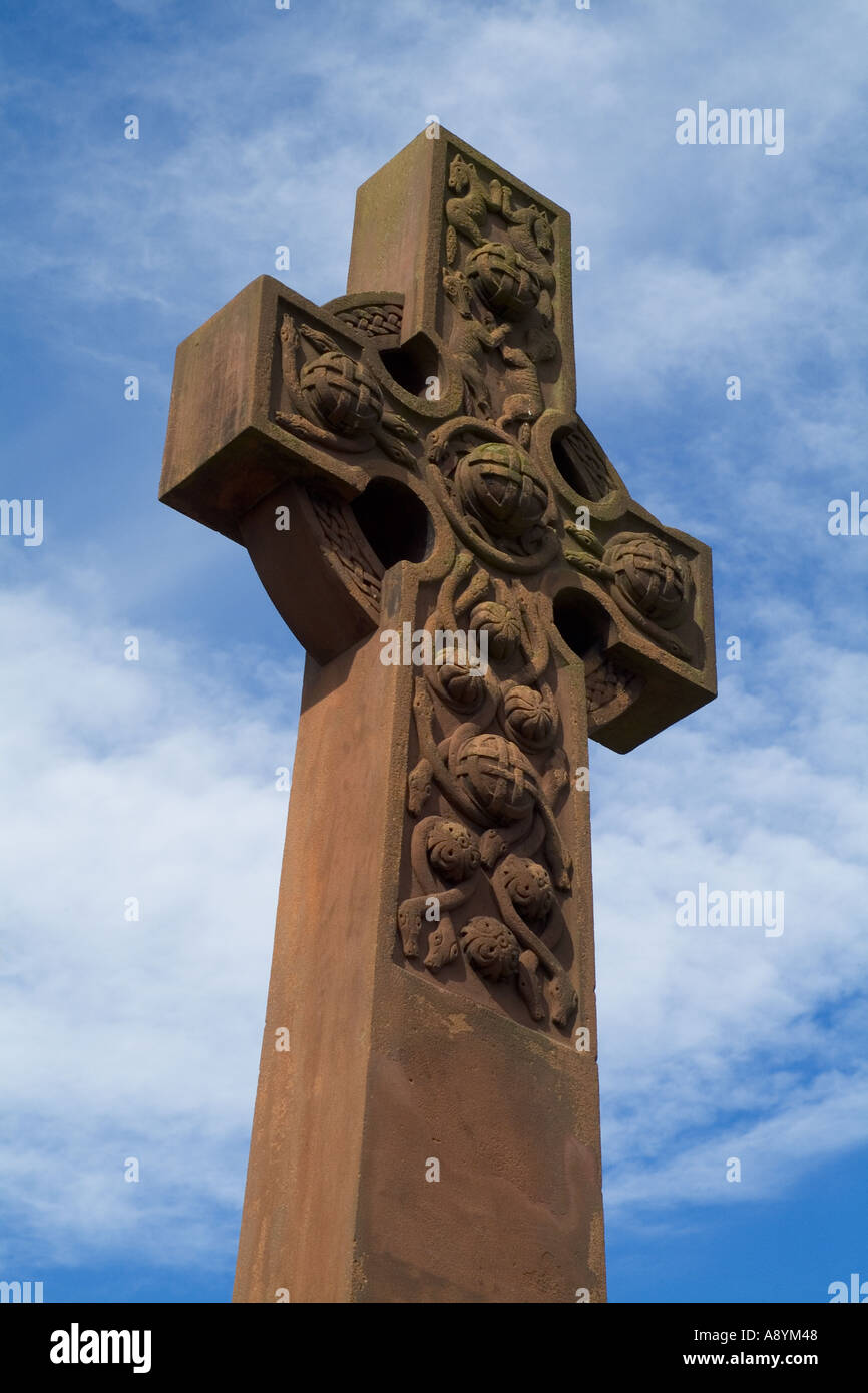 dh Keltic cross BRIDE OF EARN PERTHSHIRE Carved sandstone war memorial christian nobody scotland stone celtic art - Stock Image