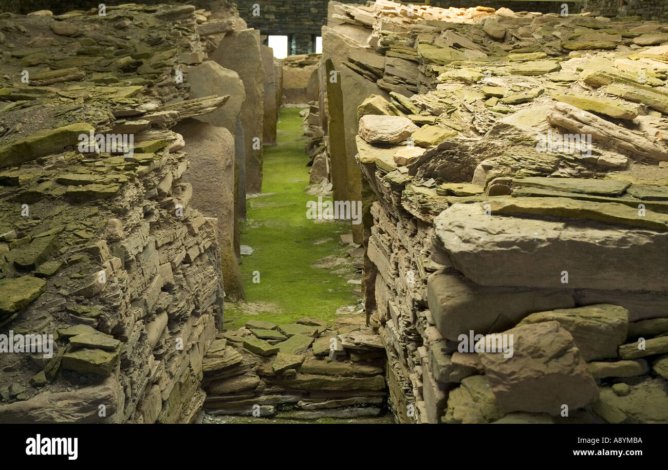 dh Midhowe Cairn ROUSAY ORKNEY Neolithic burial chambered stalled tomb stone walls chamber Stock Photo