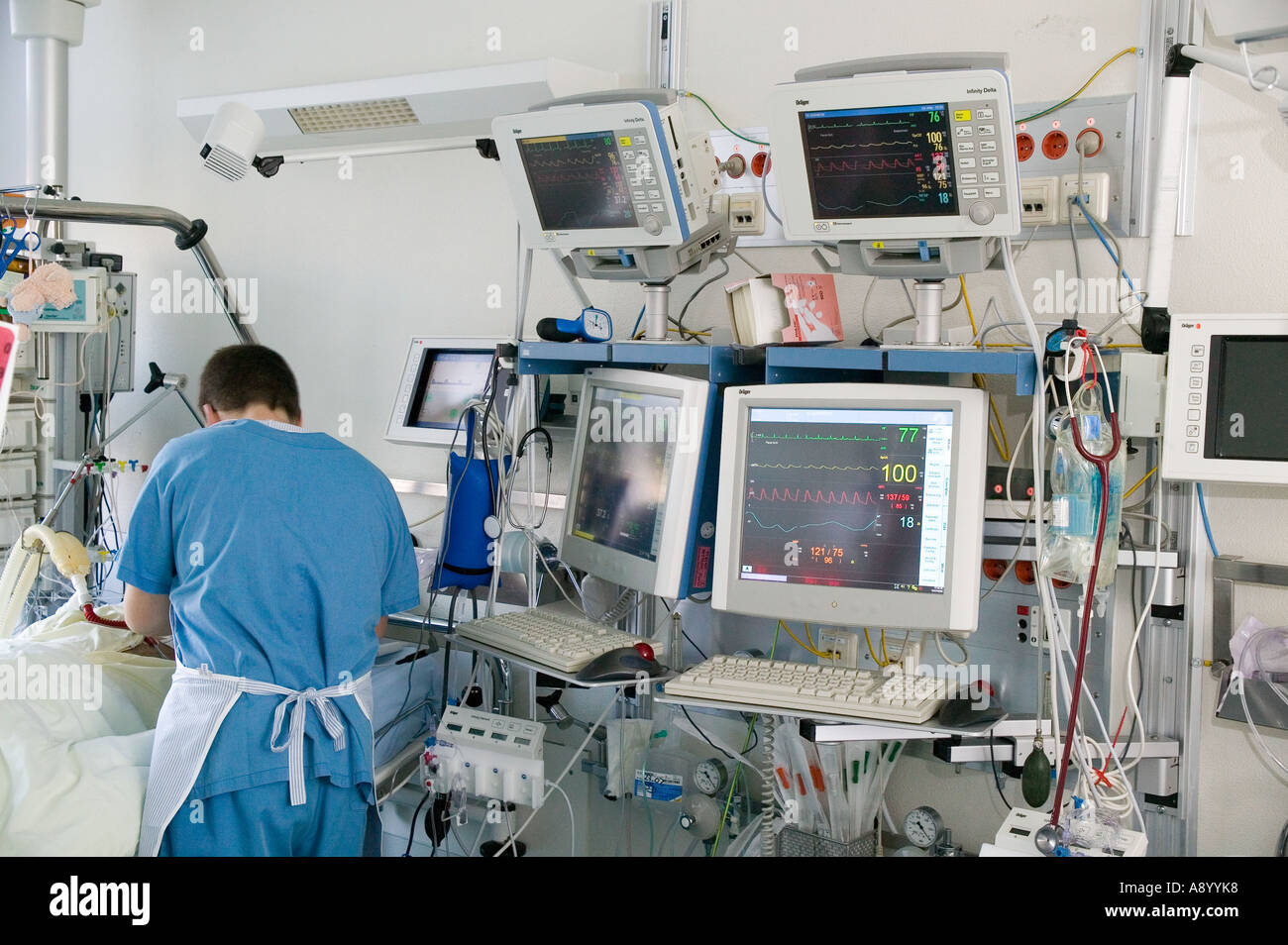 medical center medical personnel intensive care equipment - Stock Image