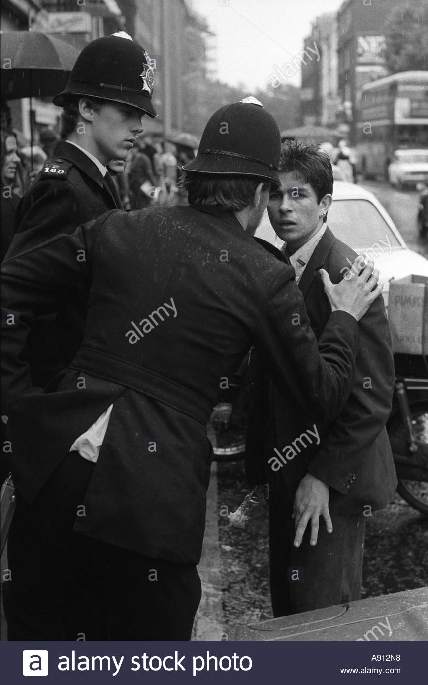 """SPG Special Patrol Group. Young man in the """"Kings Road"""" Chelsea,  London,  1977 being given a  warning by the police, Stock Photo"""