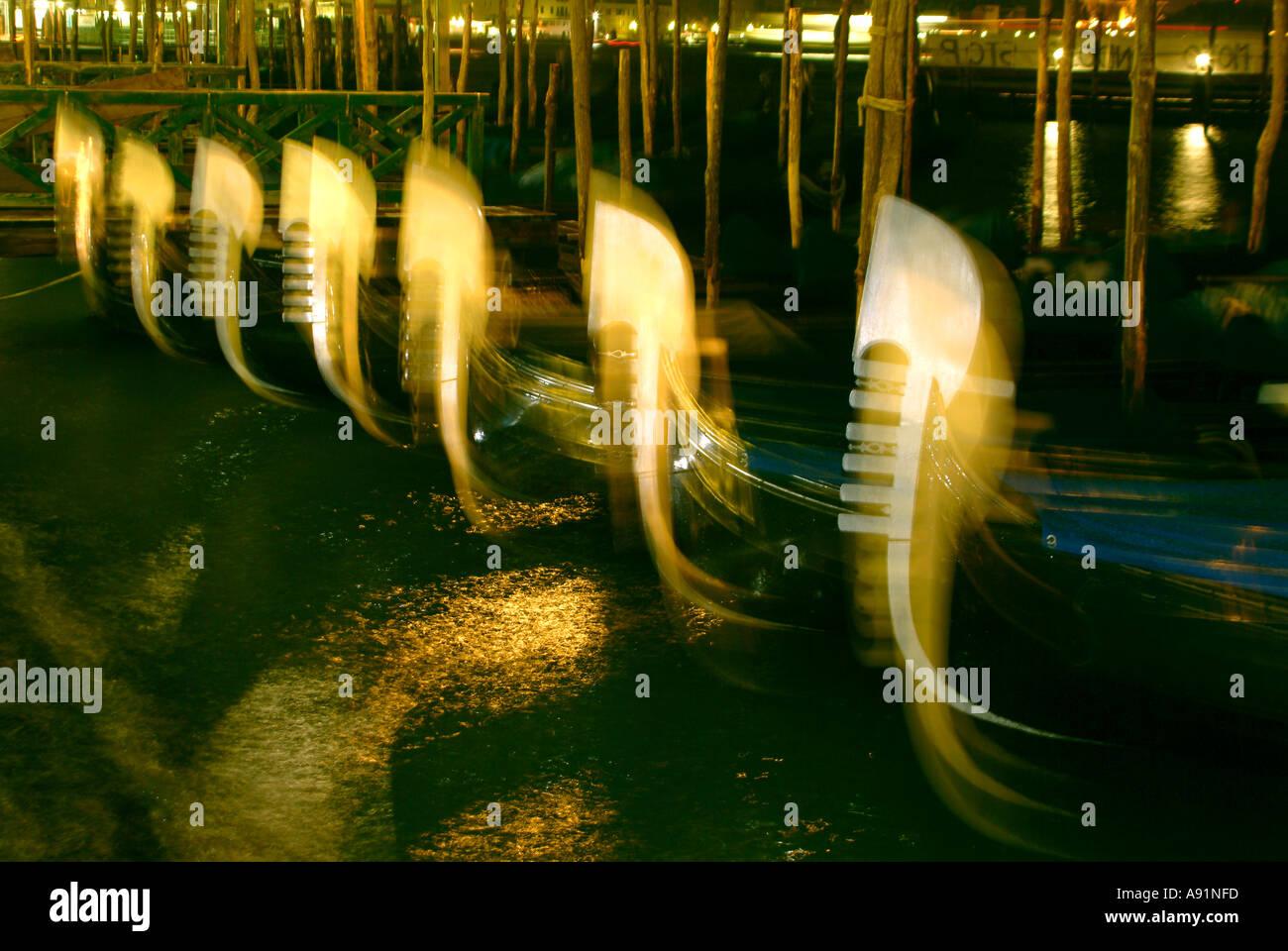 gondolas on canale grande at night Gondeln im Hafen bei Nacht in Venedig - Stock Image