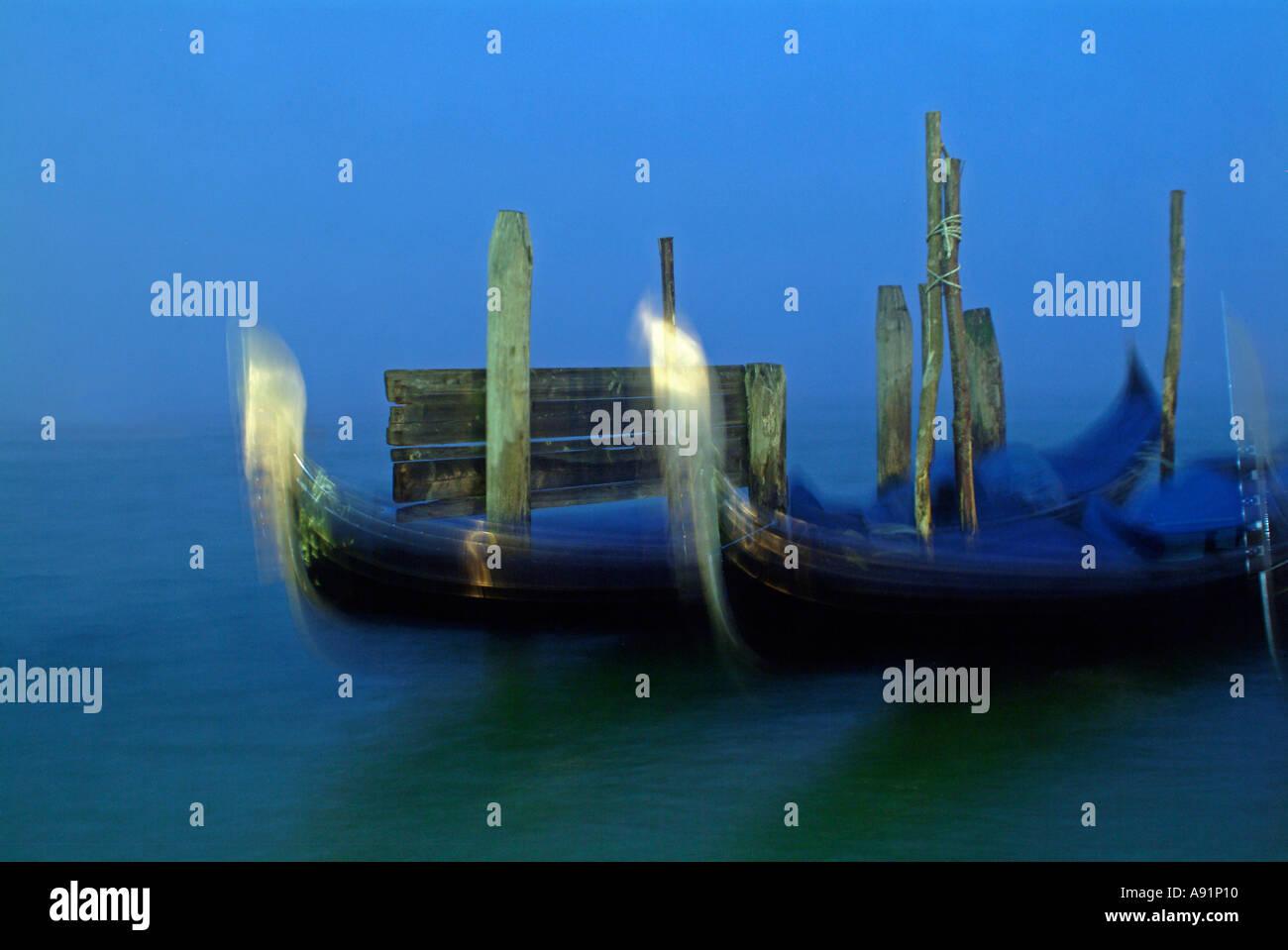 gondolas in venice Gondeln im Hafen bei Nacht in Venedig - Stock Image