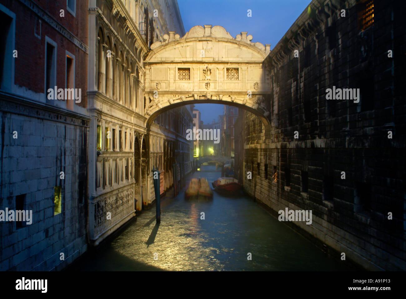 bridge of sighs in venice Seufzerbrücke am Palazzo Ducale Dogenpalast und Palazzo d Prigiono in Venedig bei Sonnenaufgang - Stock Image