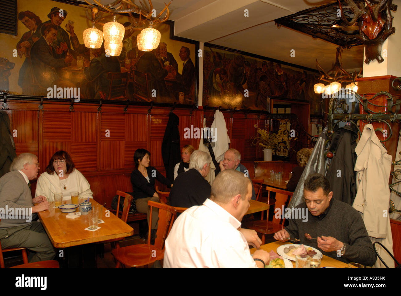 People eating in traditional Frankfurt apple wine restaurant - Stock Image