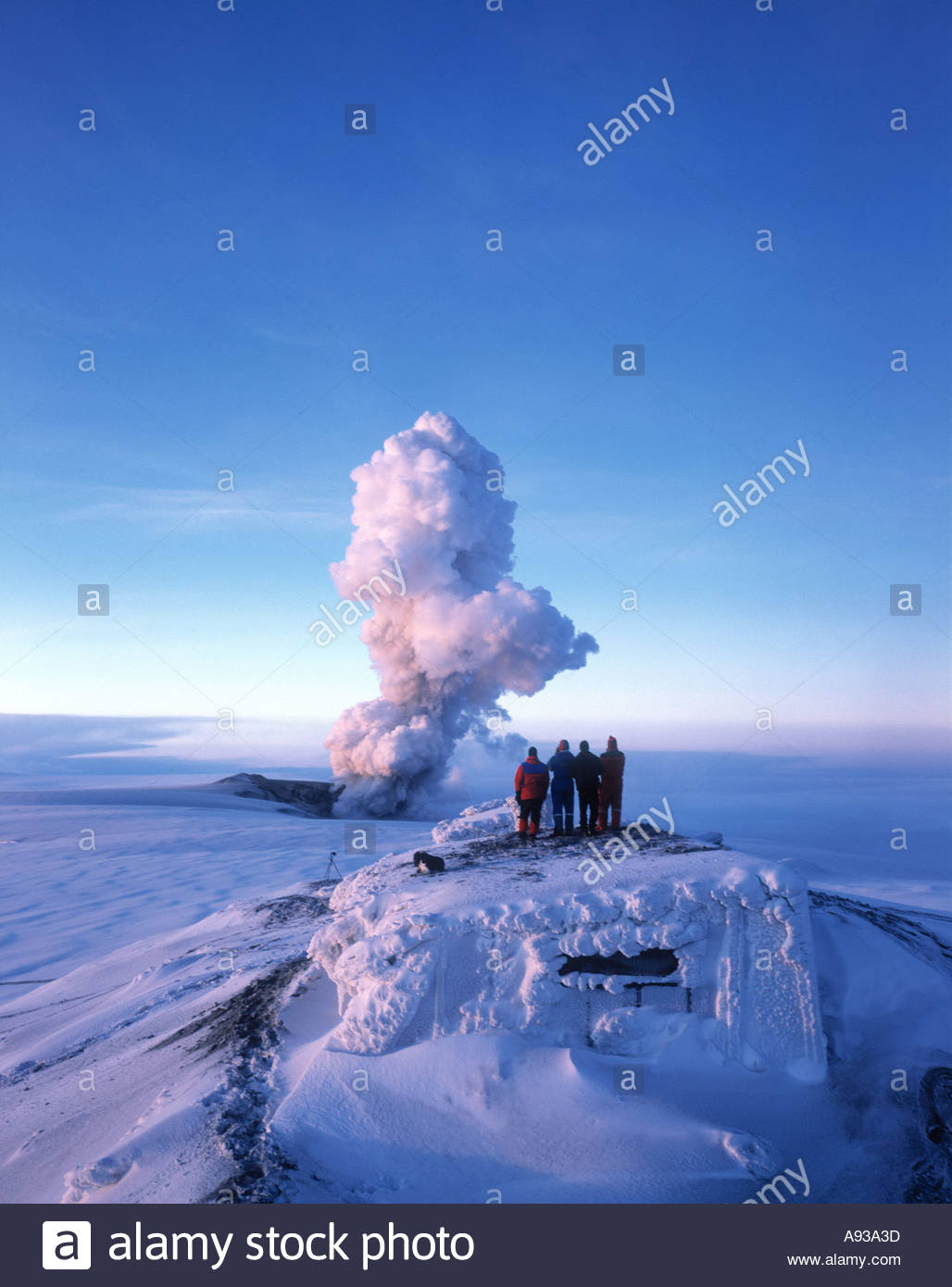 Volcanic eruption in Grimsvotn Vatnajokull Iceland in December 1998 Tourists watching from the Roof of a Lodge - Stock Image