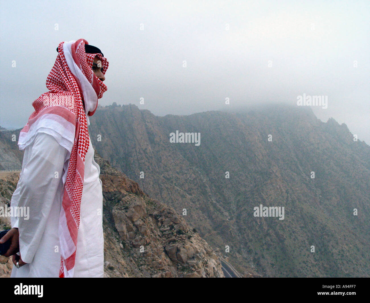 A Saudi Arab on the cliffs near Taif - Stock Image