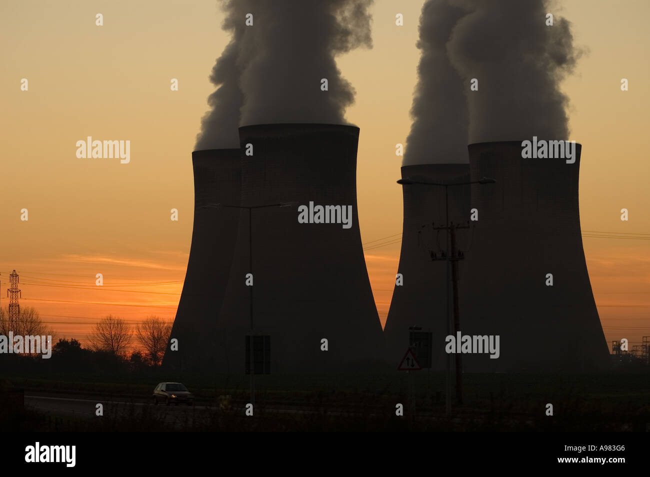 Smoke billowing from Fiddlers Ferry power station, Cheshire Stock Photo