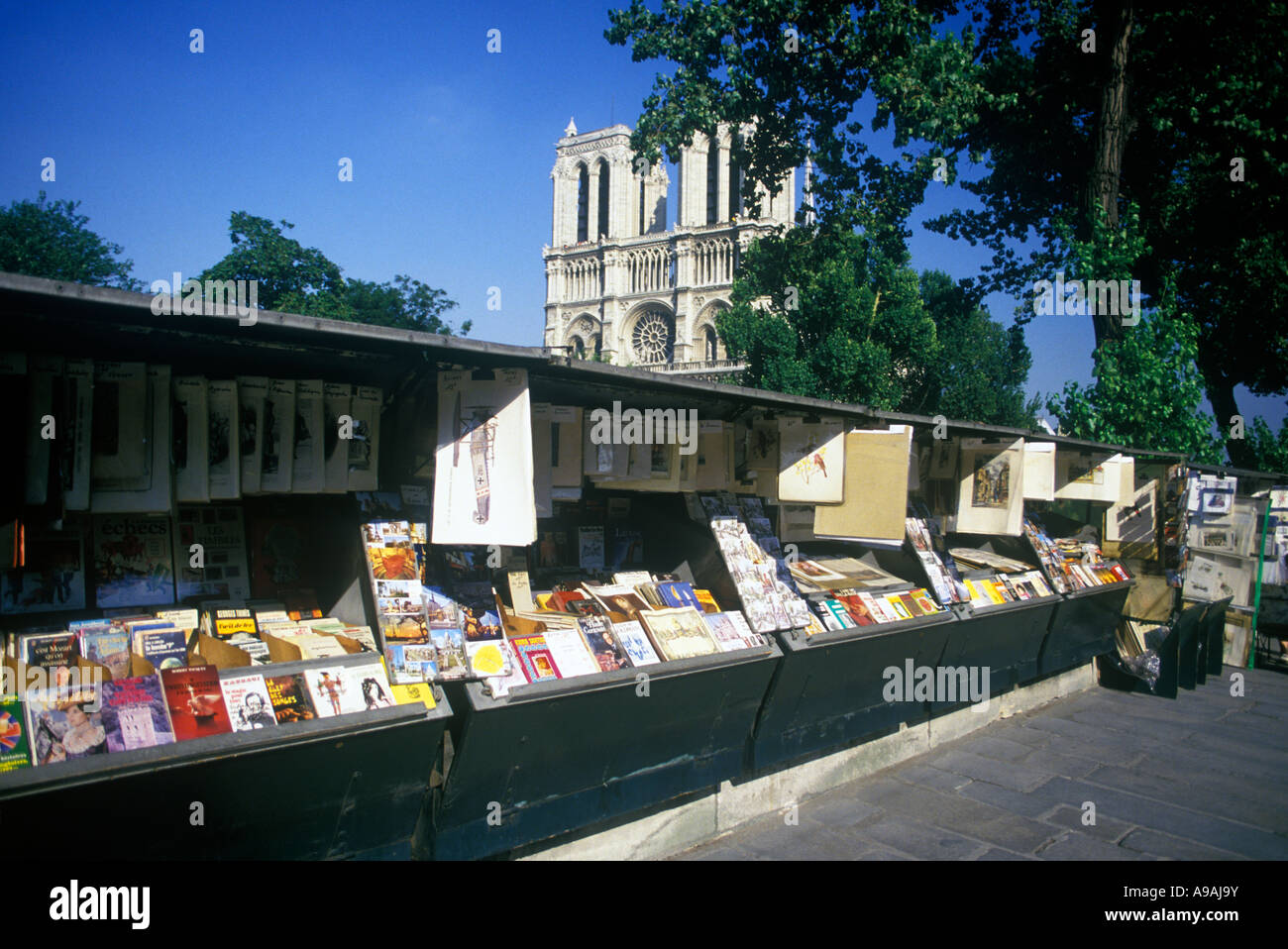 LES BOUQUINISTES DES QUAIS DE SEINE BOOK SELLER STALLS NOTRE DAME CATHEDRAL PARIS FRANCE - Stock Image
