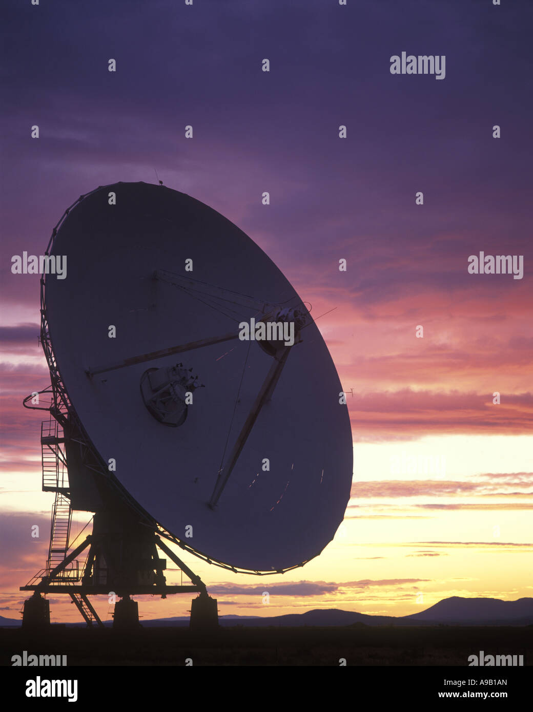 SINGLE SATELLITE DISHES JANSKY VLART RADIO TELESCOPE ARRAY PLAINS OF SAINT AUGUSTINE NEW MEXICO USA - Stock Image