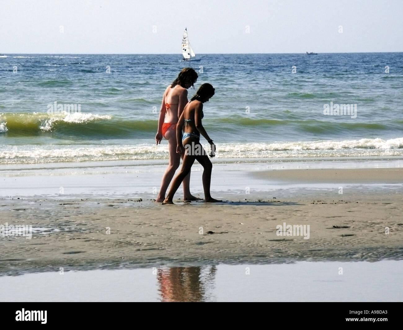 france teenage girls walking along beach - Stock Image