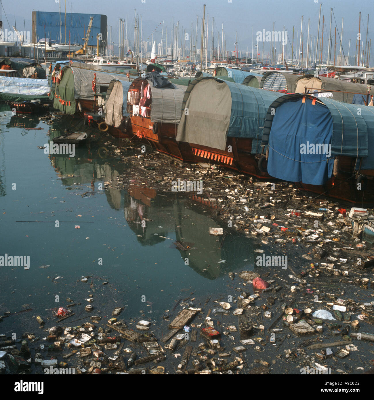 AWAKE, la marque de montre engagée - Page 2 Harbor-in-hong-kong-china-showing-garbage-and-pollution-A9C0D2